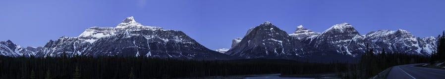 Panorama de Rocky Mountains no luar ao longo do rio bonito imagens de stock
