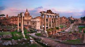 Panorama de Roman Forum Foro Romano no por do sol, Roma, Itália Fotos de Stock Royalty Free