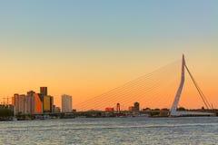 Panorama de Rotterdam Pont d'Erasmus au-dessus de la rivière la Meuse avec des gratte-ciel à Rotterdam, la Hollande-Méridionale,  images stock