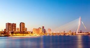 Panorama de Rotterdam Ponte do Erasmus sobre o rio Meuse com os arranha-céus em Rotterdam, Holanda sul, Países Baixos durante o c foto de stock royalty free