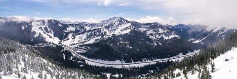 Panorama de route et de station de sports d'hiver de montagne de Milou dans Paci Images libres de droits