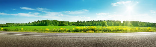 Panorama de route la journée de printemps ensoleillée Image stock