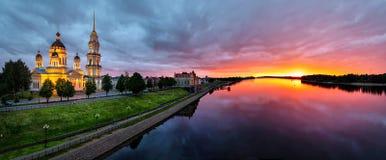 Panorama de Rybinsk sur le coucher du soleil avec la Volga Photos libres de droits