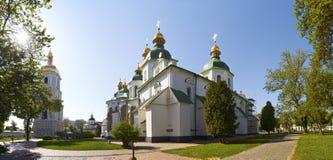 Panorama de Saint Sophia Cathedral em Kiev em uma manhã ensolarada do verão da mola brilhante Imagem de Stock