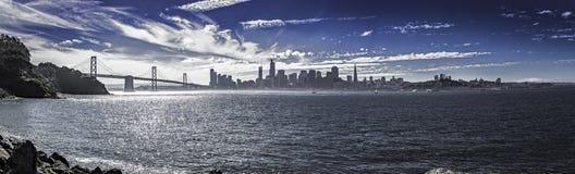 Panorama de San Francisco com ponte da baía imagem de stock royalty free