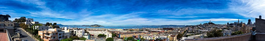 Panorama de San Francisco con el cielo nublado Fotos de archivo libres de regalías