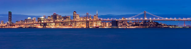Panorama de San Francisco en la noche Fotos de archivo libres de regalías