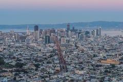Panorama de San Francisco Night Cityscape During l'heure bleue après le coucher du soleil pris aux crêtes jumelles Photo stock