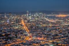 Panorama de San Francisco Night Cityscape During l'heure bleue après le coucher du soleil pris aux crêtes jumelles Images libres de droits