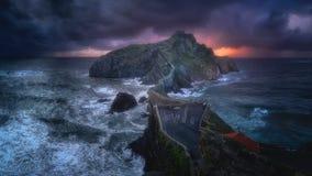 Panorama de San Juan de Gaztelugatxe avec le temps orageux Photographie stock libre de droits