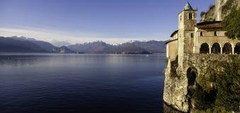 Panorama de Santa Caterina del Sasso dos di de Eremo Imagem da cor Fotos de Stock Royalty Free