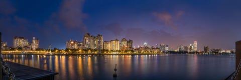 Panorama de Singapura na hora azul imagem de stock royalty free