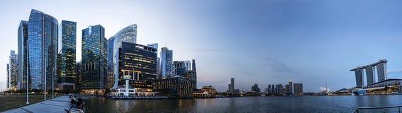 Panorama de skycrarpers de Singapour dans le coucher du soleil, Malaisie Photographie stock libre de droits