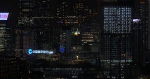Panorama de soirée de ville de nuit avec des gratte-ciel, des signes de publicité et des bâtiments clips vidéos