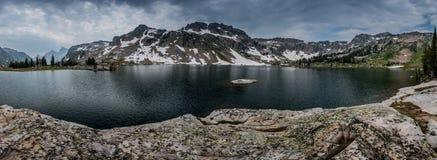 Panorama de solitude nuageuse de lac Photographie stock