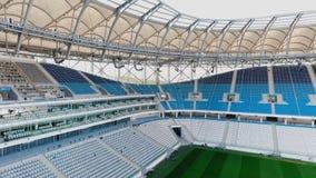 Panorama de stade de football - champ et sièges banque de vidéos