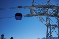 Panorama de station de sports d'hiver avec la carlingue d'ascenseur de funiculaire Montagne de neige Image stock