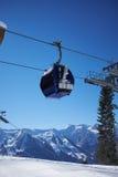 Panorama de station de sports d'hiver avec la carlingue d'ascenseur de funiculaire Montagne de neige Photographie stock libre de droits