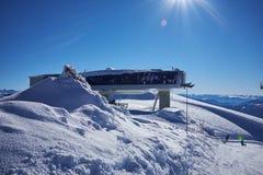Panorama de station de sports d'hiver avec la carlingue d'ascenseur de funiculaire Montagne de neige Photo libre de droits