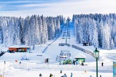 Panorama de station de sports d'hiver Kopaonik, Serbie, skieurs, ascenseur, montagnes Images stock