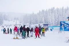 Panorama de station de sports d'hiver Kopaonik, Serbie, skieurs, ascenseur, pins Images stock