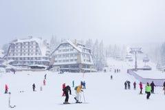Panorama de station de sports d'hiver Kopaonik, Serbie, skieurs, ascenseur, pins Image stock