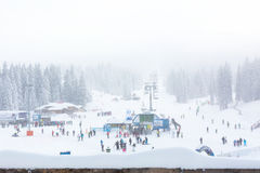 Panorama de station de sports d'hiver Kopaonik, Serbie, skieurs, ascenseur, pins Photo libre de droits