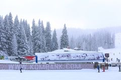 Panorama de station de sports d'hiver Kopaonik, Serbie, skieurs, ascenseur, pins Images libres de droits