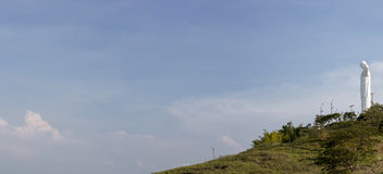 Panorama de statue de Cristo del Rey de Cali avec le ciel bleu, Colombi Photos libres de droits