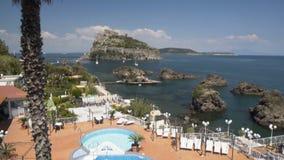 Panorama de surpreender o castelo de Aragonese que está na ilhota vulcânica rochosa, turismo filme