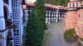 Panorama de surpresa de montes verdes, de lagos Rila e de monastério de Rila, Bulgária imagem de stock