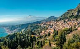 Panorama de Taormina avec le mont Etna à l'arrière-plan photos stock