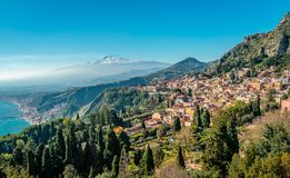 Panorama de Taormina com o Monte Etna no fundo fotos de stock
