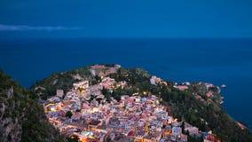 Panorama de Taormina durante la hora azul Foto de archivo