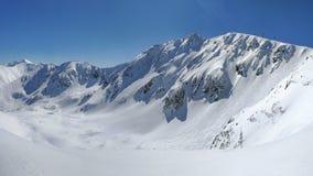 Panorama de Tatras bajo con el pico de Chopok del soporte en un invierno soleado foto de archivo
