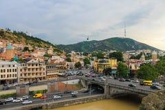 Panorama de Tbilisi, visión desde Avlabar a la torre e iglesia Foto de archivo