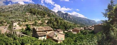 Panorama de telhados de Fornalutx, Mallorca, Espanha imagem de stock royalty free