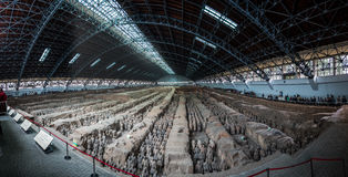 Panorama de Terra Cotta Warriors e de cavalos Fotografia de Stock Royalty Free