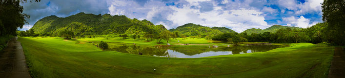 Panorama de terrain de golf Photographie stock
