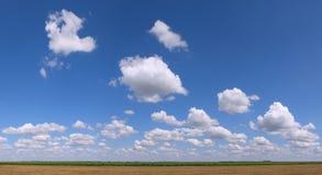 Panorama de tierra plano nublado grande del área Fotografía de archivo