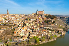 Panorama de Toledo de un punto álgido en un día soleado Fotos de archivo