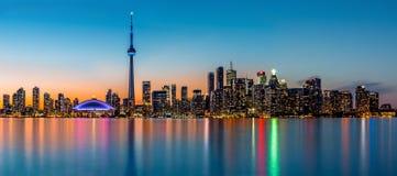 Panorama de Toronto en la oscuridad Foto de archivo libre de regalías