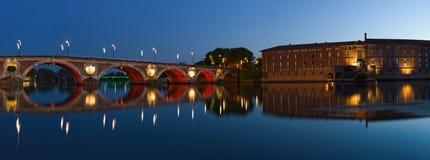 Panorama de Toulouse: Nuevo hotel del puente y de la ciudad Foto de archivo libre de regalías
