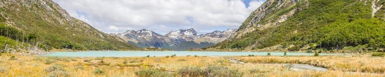 Panorama de traînée de Laguna Esmeralda avec des montagnes et le vegetatio Photo libre de droits