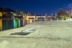 Panorama de turin na noite Vittorio Bridge imagens de stock