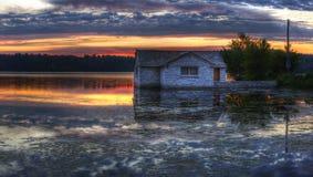 Panorama de um nascer do sol em um lago Fotografia de Stock Royalty Free