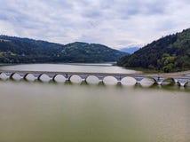 Panorama de um viaduto e de um rio foto de stock royalty free