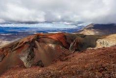 Panorama de uma cratera vermelha na parte superior do vulcão de Tongariro, parque nacional do cruzamento de Tongariro - Nova Zelâ fotografia de stock royalty free
