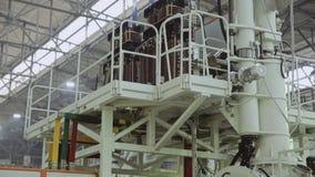 Panorama de uma grande instala??o industrial em um monte Parte superior para baixo vídeos de arquivo