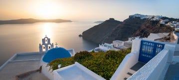 Panorama de uma igreja em Santorini Fotografia de Stock Royalty Free